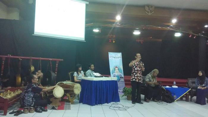 Wito (Batik Hitam Merah) saat mendemokan Ngidung dan Yono (Batik Ungu) memainkan peralatan