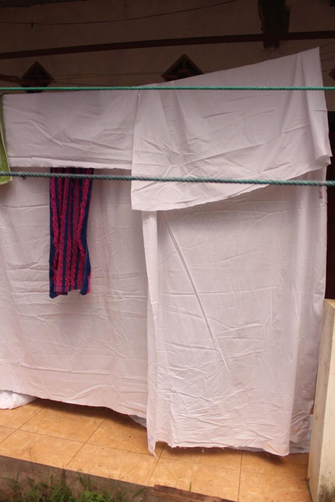 Potongan-potongan kain katun yang akan menjadi bahan pembatikan.