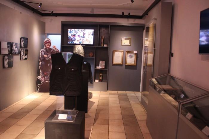 Suasana didalam museum terpajang data-data mengenai almarhum Munir, patung-patung pejuang HAM, serta barang-barang peninggalan Munir yang pernah dipakai semasa hidupnya.