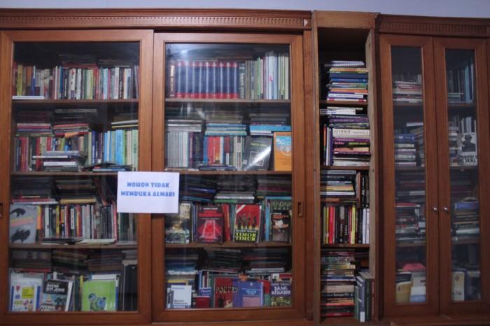 Buku-buku koleksi almarhum yang rencananya akan ditata ulang dan saat ituakan dibangun untuk ruang baca.
