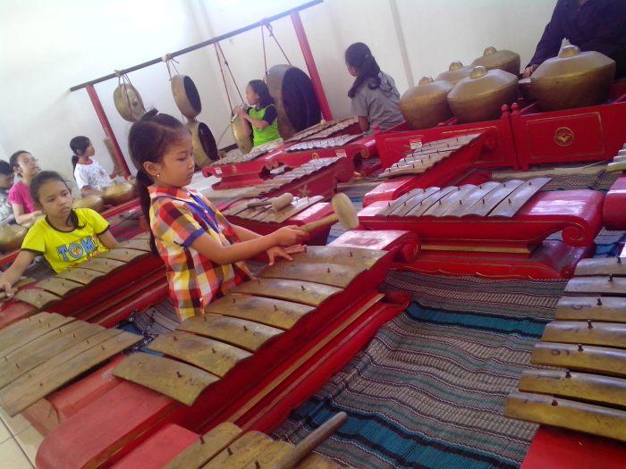 Suasana latihan karawitan anak-anak kampung Celaket