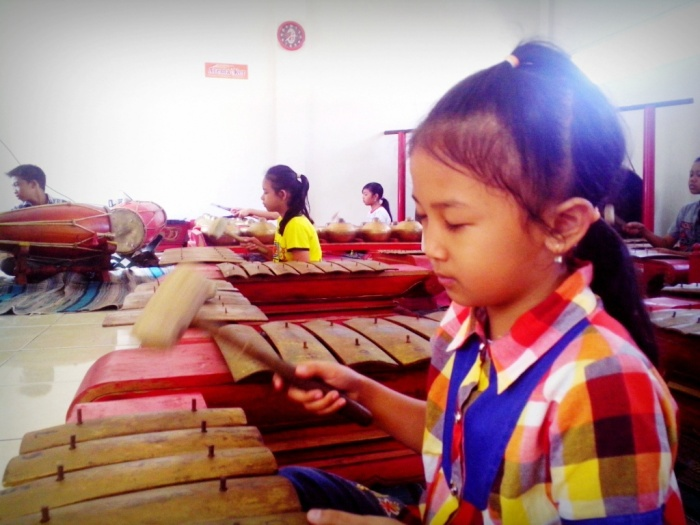 Anak-anak Arema!ker latihan bermain Gamelan dengan mata tertutup.