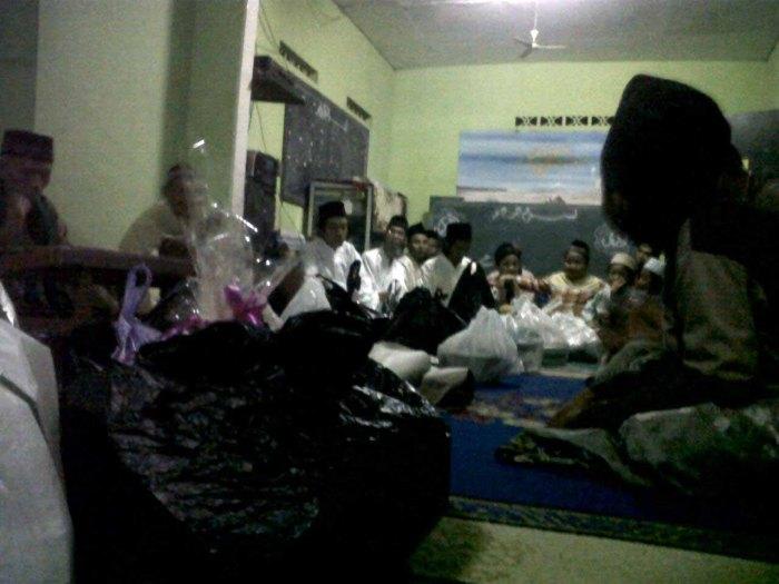 Tidak hanya kaum dewasa, anak-anak pun turut seksama hadir dalam Maulidan di Musholla Al Ikhlas ini