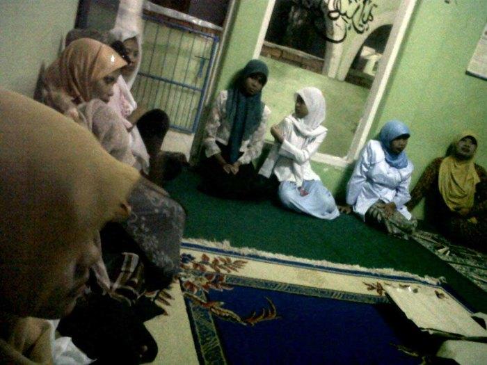 Jamaah wanita yang sedang mendengarkan ceramah yang disampaikan oleh Ustadz Abdul