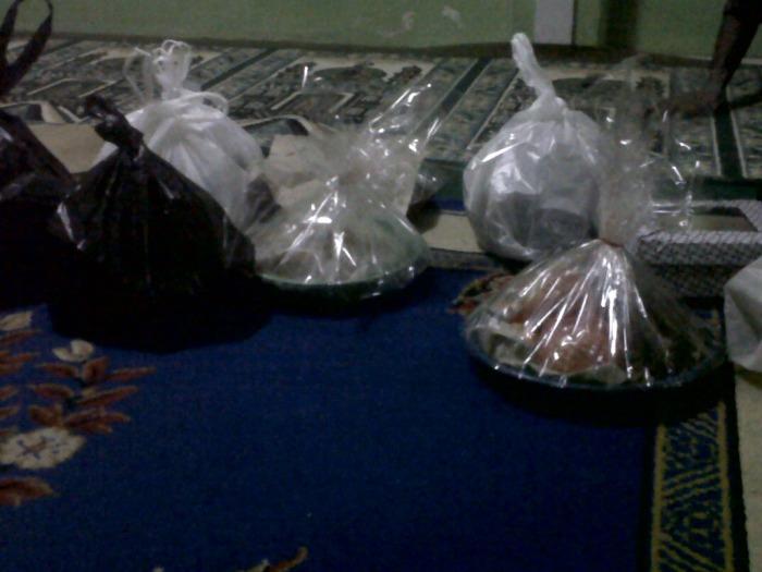 Makanan-makanan yang telah dibawa warga yang akan ditukar-tukarkan satu sama lainnya. Makanan ini biasanya bermacam-macam mulai buah, kue, nasi sampai minuman