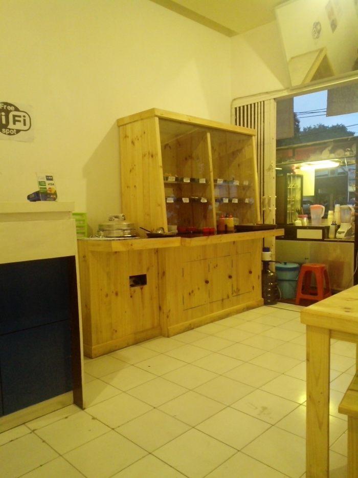 Pengunjung dapat memilih sendiri isi semangkok Oskab Ngalam. Beberapa jenis bakso, siomay, mie, sayuran hijau tersedia di kafe ini.