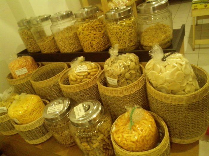 Aneka ragam cemilan tradisional khas Malangan yang dijual Kafe Bakso Kotak Oskab Ngalam.