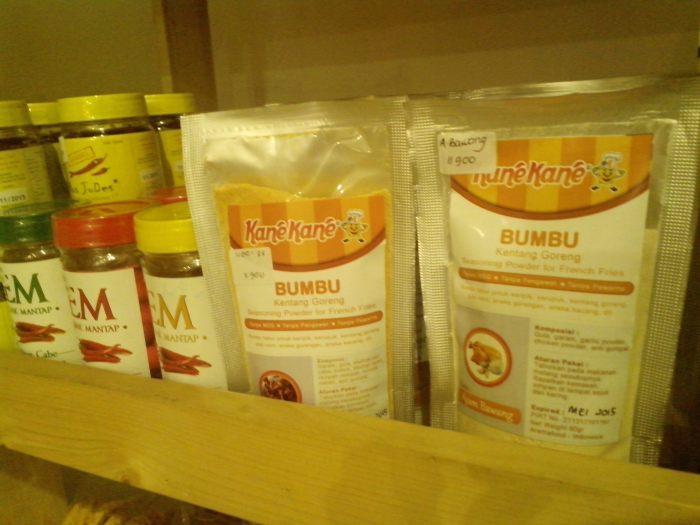 Berbagai jenis keripik buah hingga bumbu masak tersedia untuk dikonsumsi sendiri atau dijadikan oleh-oleh khas Malang.