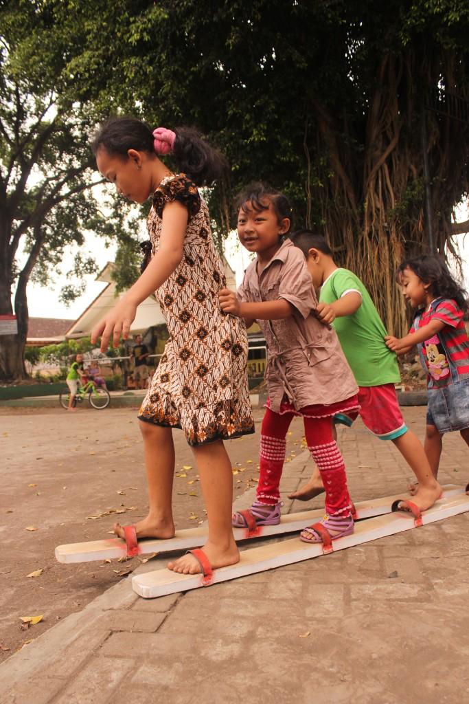 Selain Egrang, anak-anak kampung Celaket juga mahir dalam permainan tradisional  Bakiak