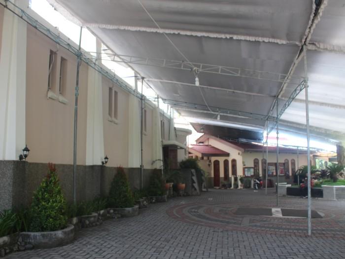 Suasana halaman Gereja Ijen yang telah dipasangi terop