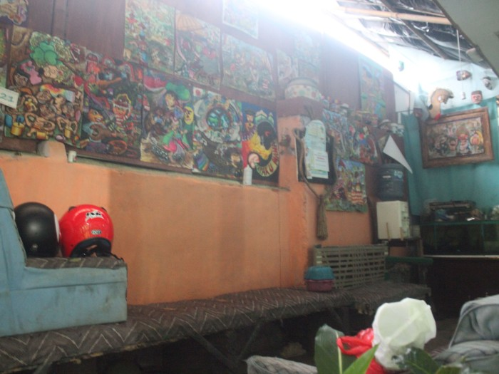 Garasi rumah Govin sekaligus sanggar seni lukis NN Art dipajang karya-karya anak didiknya.