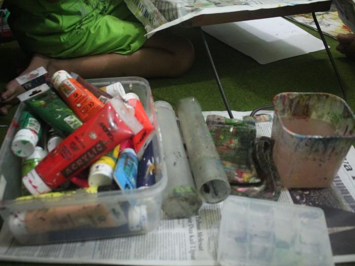 Alat-alat menggambar seperti inilah yang biasanya dibawa murid-murid Govin ketika lomba maupun latihan, seperti crayon, cat lukis, kuas, wadah air, lap, koran dan meja menggambar.