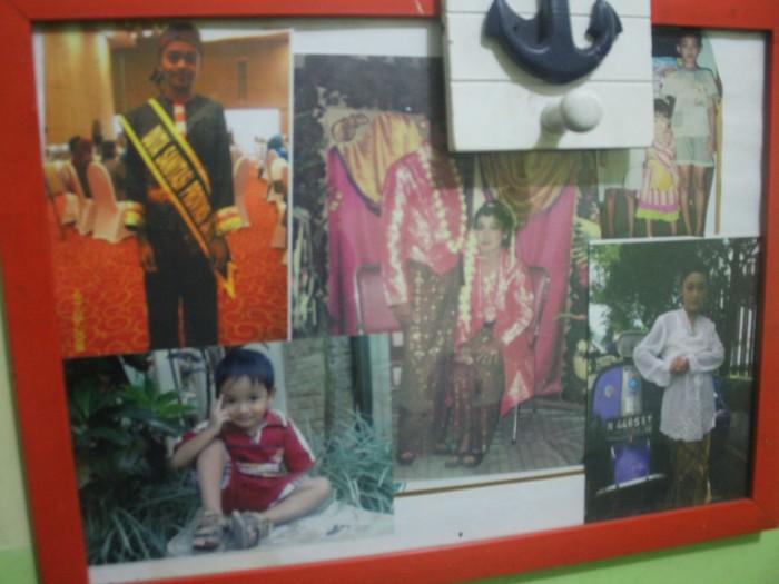Kumpulan foto keluarga M. Nizar yang disatukan dengan frame. Orang tua (tengah), Govin (baju tradisional Madura), Asay (bau abu-abu), Fitria (kebaya), dan Firmansyah (kaos merah)