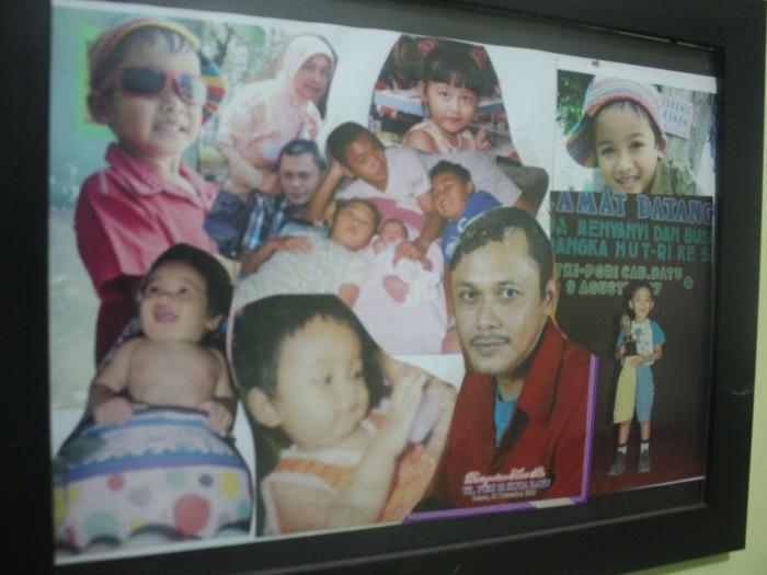 Saat kami berkunjung ke Sanggar, M. Nizar tengah pergi bersama istrinya. Foto 'jadul' M. Nizar (baju merah) dan kumpulan foto anak-anaknya waktu kecil.