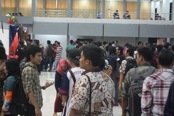 Antusiasme pengunjung yang didominasi mahasiswa dalam kampus