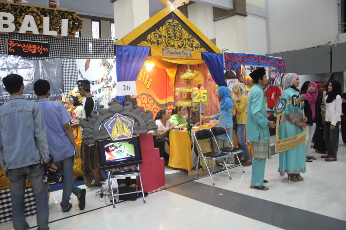 Beberapa stand bazar yang memeriahkan Kampung Budaya memberikan informasi mengenai tempat wisata dan keunikan budaya tiap daerah