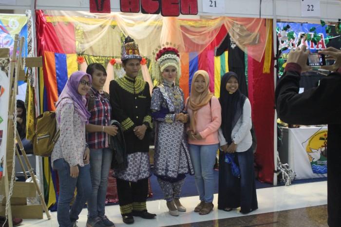 Penampilan baju adat tradisional dari Aceh ini menjadi daya tarik pengunjung untuk berfoto