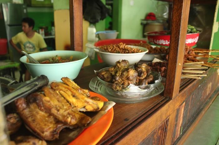 Bermacam-macam lauk yang tersedia di warung Pojok Cukam.