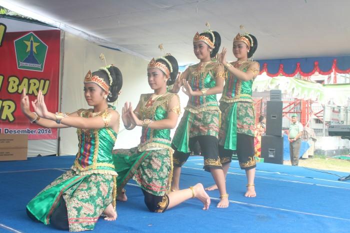 Suguhan tari dari tim SMPN 4 Malang.