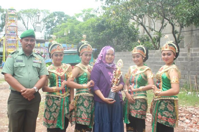 SMPN 4 Malang menggondol juara pertama kategori lomba tari tingkat SMP bersama panitia lomba (kiri).