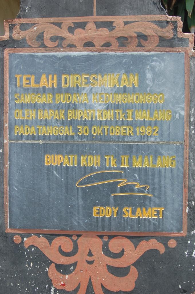 Ukiran peresmian oleh bupati Eddy Slamet di pintu masuk Padepokan Seni Topeng Asmoro Bangun.