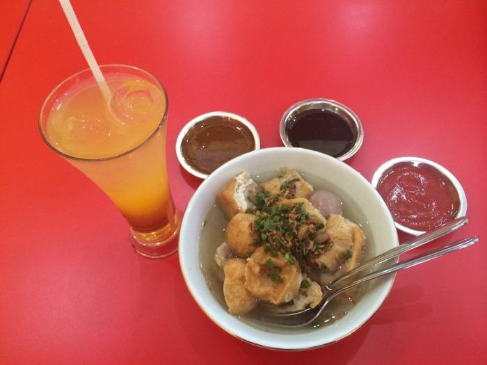 Bakso khas Malang yang terkenal dengan berbagai macam gorengannya di tambah dengan segarnya es jeruk.