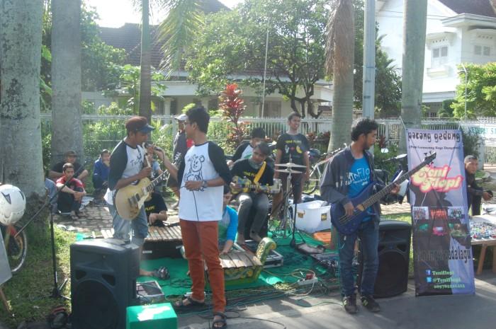 Salah satu Komunitas pecinta musik unik. dengan menggabungkan beberapa genre musik seperti Pop, Keroncong, Rege dan Dangdut dalam satu alunan musik.