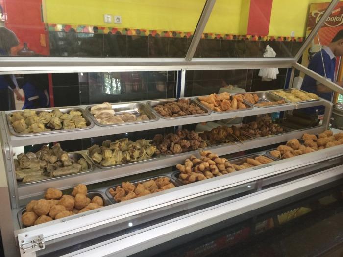 Berbagai macam jenis gorengan dihidangkan bagi para pengunjung Bakso Kota Cak Man. pengunjung dapat mengambil sendiri aneka gorengan tersebut.