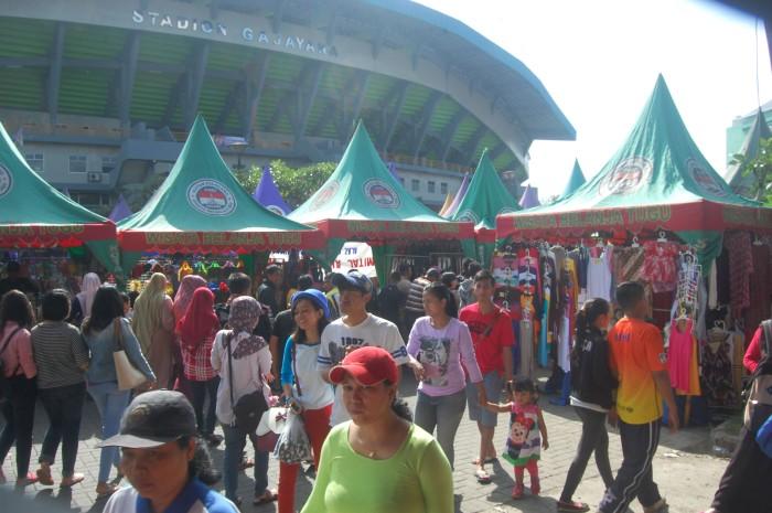 Keramain pasar minggu di sekitar Stadion Gajayan yang selalu didatangi pengunjung CFD sebagai tempat tujuan jalan-jalan kedua.