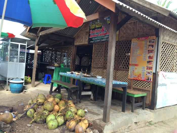 Di sekitar pantai terdapat beberapa warung yang menyediakan makanan dan minuman bagi para pengunjung.