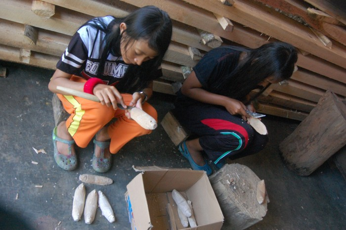 Anak-anak SMK 3 Blitar yang sedang belajar cara membuat topeng malangan dalam pelatihan PSG/PKL .