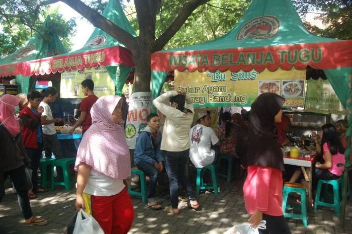 Para pengnjung yang sedang menikmati makanan mereka di stand-stand makanan wilayah CFD.