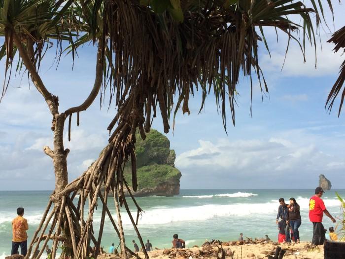 Panorama biru pantai Goa Cina yang memukau pandangan pengunjung.